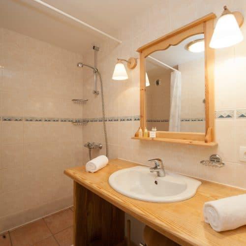 C'est La Vie Chalet bathroom